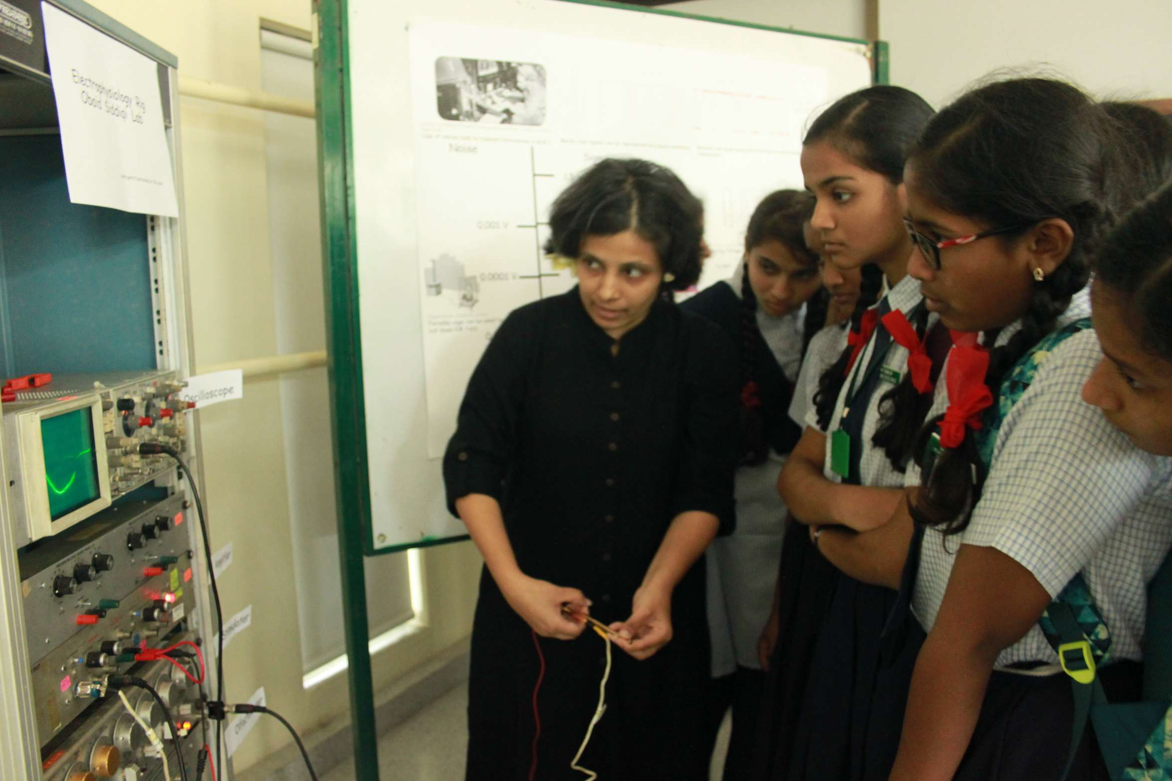 NCBS Open Day: Ipsa Jain, post doc at InSTEM demonstrates the difference between noise and signals